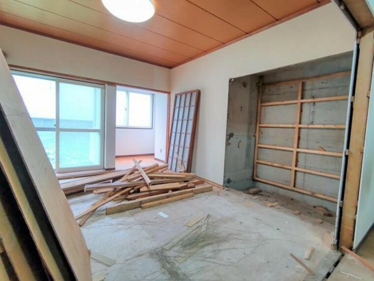 【リフォーム中和室】洋室へと間取変更を行います。現在解体中。それに伴い、建具交換、フローリング張替え、照明交換、クロス貼替、クローゼット新設を行います。リビングとの続き間となりますので、建具を開けてリビングを拡張するような使い方もできるお部屋となります。