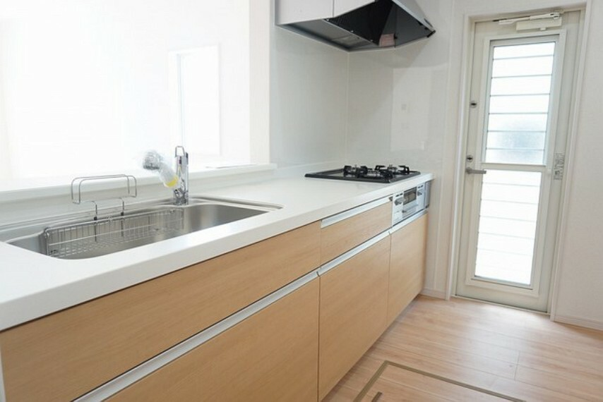 キッチン 同仕様写真。インテリア性に優れた人造大理石製。耐久性があり、清掃性にも優れています。