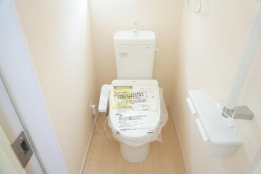 トイレ 同仕様写真。ウォシュレット、暖房便座、オートパワー脱臭、節電・節水機能、など、使い勝手のよい、高機能トイレ。汚れがかくれる場所がない進化したフチ形状で、汚れてもサッとひとふきでお手入れカンタン。