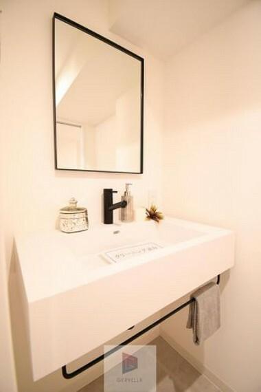 洗面化粧台 洗面台は朝を快適させてくれる空間としては大切な空間です。バタバタしている忙しい朝でも収納が多い洗面台では短時間で効率良く支度ができます。