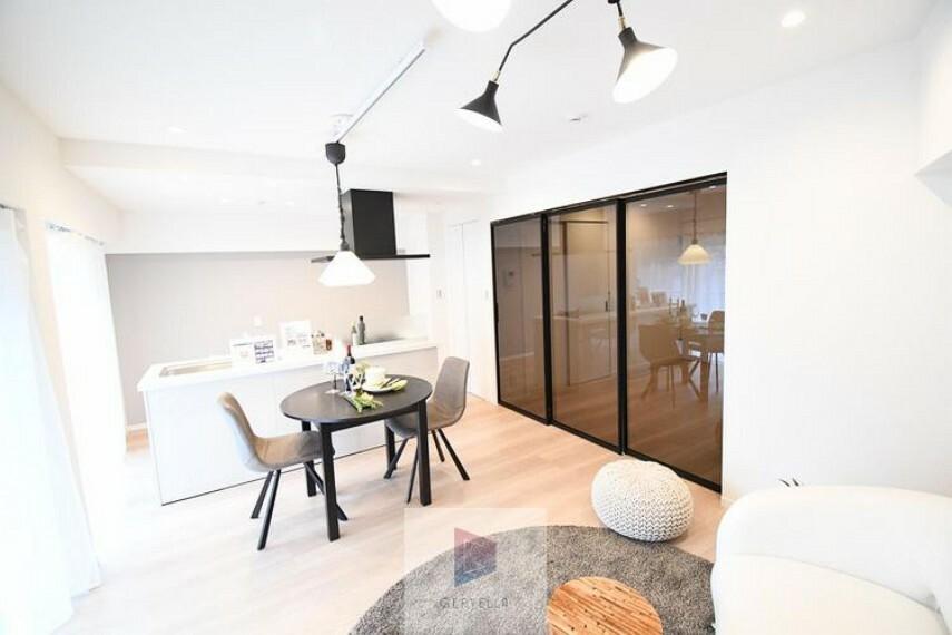 居間・リビング ひとつひとつの空間に宿した機能性、そして美意識。そのさりげない気配りにこの邸宅に求める贅という名のホスピタリティを感じます。