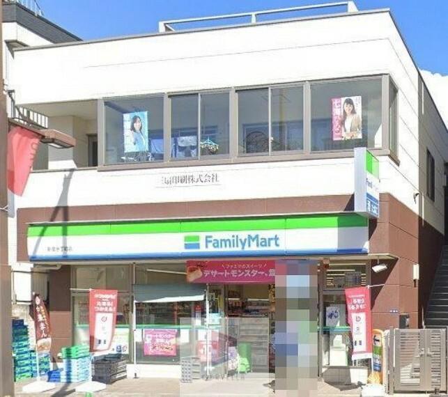 コンビニ ファミリーマート新宿余丁町店 徒歩4分。