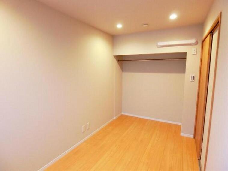 オープンクローゼット付きの約5帖の洋室です。