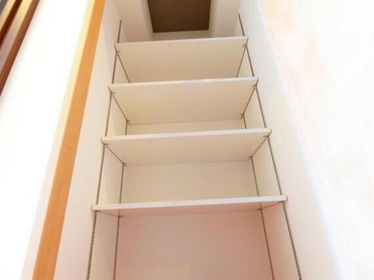 収納 廊下の収納です。便利な可動棚付きです。