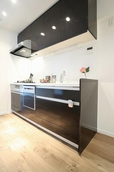 キッチン クリアな水が毎日使え、見た目にもスマートな浄水器一体型。水栓は、引出し式のシャワーヘッドなのでシンクの隅々までお掃除できます