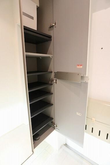 玄関 玄関横には収納棚があり、脱ぎっぱなしになりがちな靴をスッキリしまえます