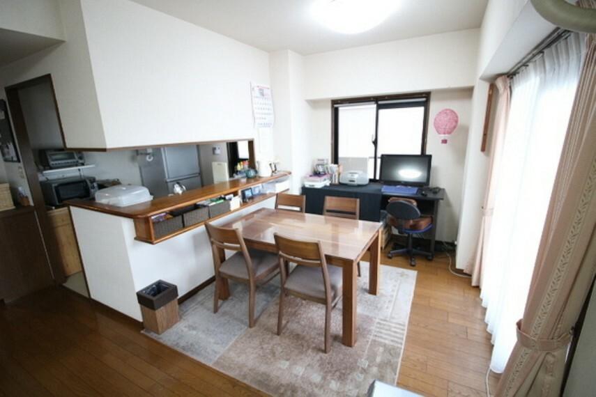 居間・リビング 和室が隣接しており広々空間に