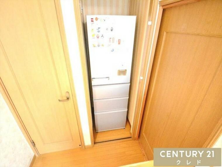 キッチン 2Fの冷蔵庫置き場です!洗面化粧台・冷蔵庫が1.2F共に1ヵ所ずつございますので、2世帯で居住することも可能です! 資料請求もお気軽にお問い合わせください!