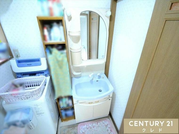 洗面化粧台 独立洗面台には十分な大きさの鏡があるため、スタイリングに便利です! 気になることやご不明な点等ございましたらお気軽にお問い合わせ下さい!