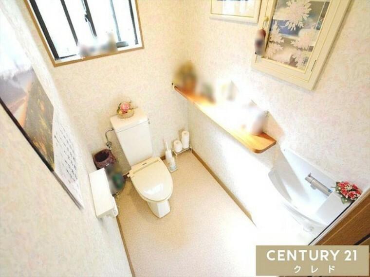 トイレ 1階0.75坪の通常よりも広めな空間です! ちょっとしたスペースもあるので、ご自身でリメイクを楽しむ事も出来ますね!トイレも安らぎの空間に! 1階にも2階にもトイレがあるので安心です!