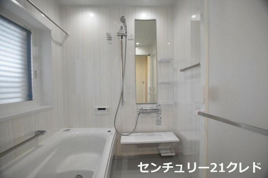 浴室 明るい色合いで開放感を味わいながら日々の疲れを癒すことができるバスルームです! 快適な空間を保つ浴室換気乾燥機が標準装備! お問い合わせはセンチュリー21クレド川越店までどうぞ!