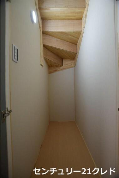 収納 階段下収納です。清掃用品や、色々なものを収納できます。 収納が多いので、居住空間が広がりますね! お問い合わせは、センチュリー21クレド川越店まで。