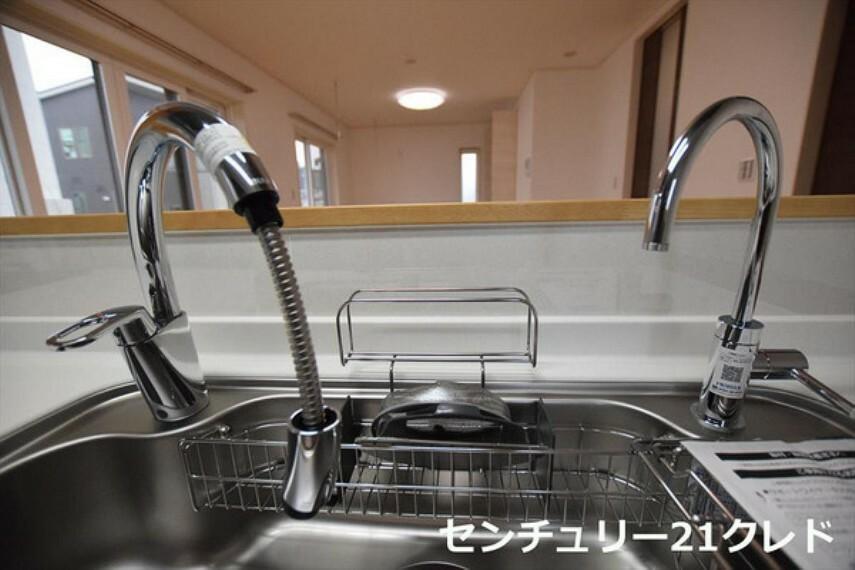 キッチン ■シャワーヘッド付水栓■ シンクのスミズミまで細かいゴミも洗い流す事ができるので、お掃除の時もラクチンです。 シンクには洗った食器をサッと置ける水切棚を置いても広く使えそうです。