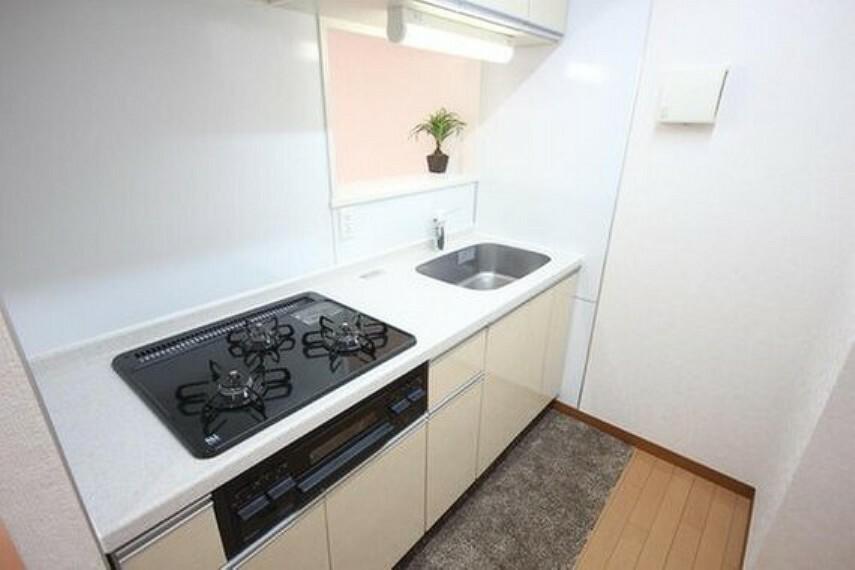 ダイニングキッチン リビングとキッチンが分かれてますので、スッキリした空間が生まれます。またプライバシーを確保できるため人を招きやすく、ホームパーティーもより快適に。