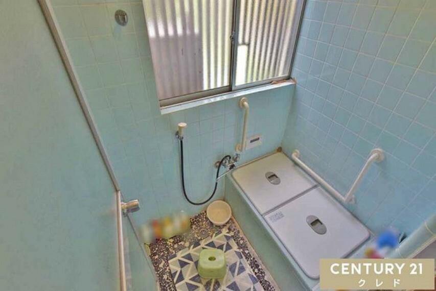 浴室 浴室の様子です!水色のタイルが爽やかな印象を演出しています。 大きな窓が御座いますので、換気も楽にこなせますね!湿気がたまりがちの水回りも、カビ発生の心配が減ります! 安心の手すり付き!