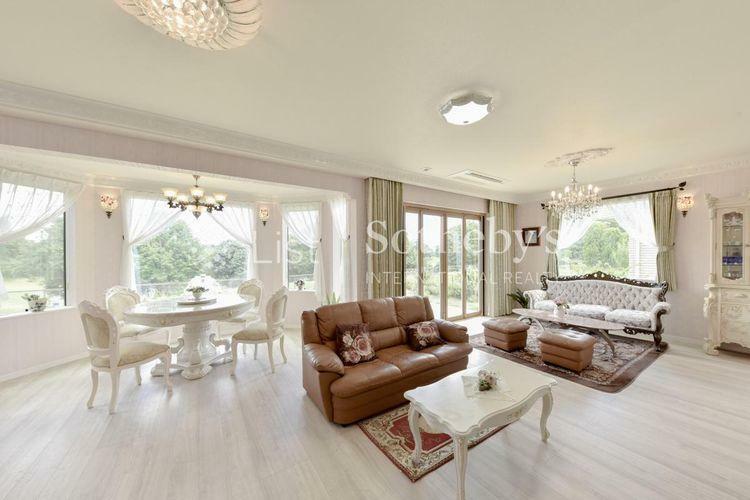 居間・リビング こだわりの家具が映える上品な室内空間