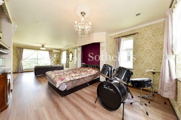 寝室 約20.7帖の主寝室はドラムセットがおけるほどのゆとりがあります