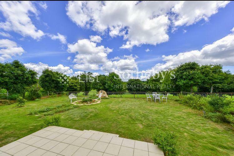 眺望 芝庭の奥には季美の森ゴルフコース9番ホールを望めます