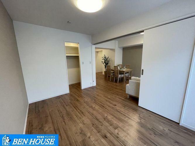 洋室 ・4居室ある大型4LDK・ウォークインクローゼットのあるお部屋で主寝室としてもいかがでしょうか・各居室収納完備でどちらのお部屋もスッキリと利用できますね・住宅ローンのご相談も賜ります