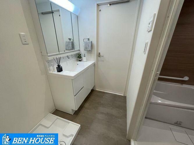 洗面化粧台 ・全室、窓のある明るく開放感のあるお部屋・2WAY洗面室でキッチンからもアプローチできます・家事がスムーズにはかどりますね・二面のバルコニーでたくさんの洗濯ものもたっぷり干せます