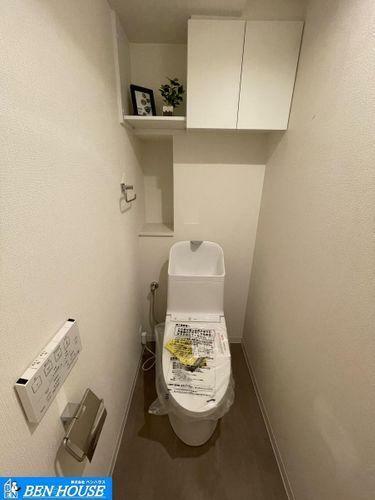 トイレ ・新規交換済のシャワー洗浄機能付のトイレは清潔感が印象的な空間です・吊戸棚の設置があり、トイレットペーパーやお掃除道具などもスッキリ収納できます・現地へのご案内はいつでも可能です