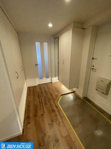 玄関 ・玄関そばにも大容量収納が設けられており、ベビーカーやちょっとしたアウトドア用品も収納可能です・収納豊富なお部屋でどちらのお部屋もスッキリと利用できますね・水回り設備は新規交換済で即入居可能