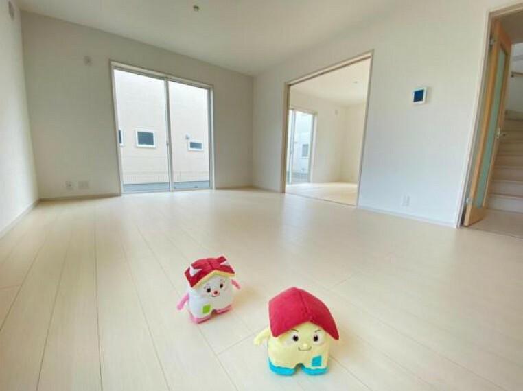 居間・リビング 【リビング】わぁ~!明るい!と走り回るすまくん。生活動線を考えて作られたリビングは家族の会話が弾む設計です!