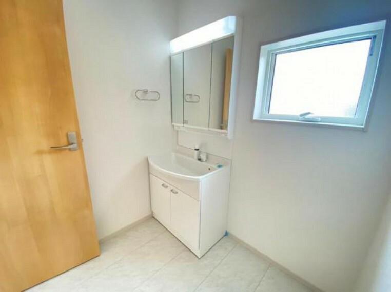 洗面化粧台 【洗面所】軽くて割れにくい衝撃に強いボウルを採用。水栓はヘッドを引き出せばハンドシャワーとしても使えます!