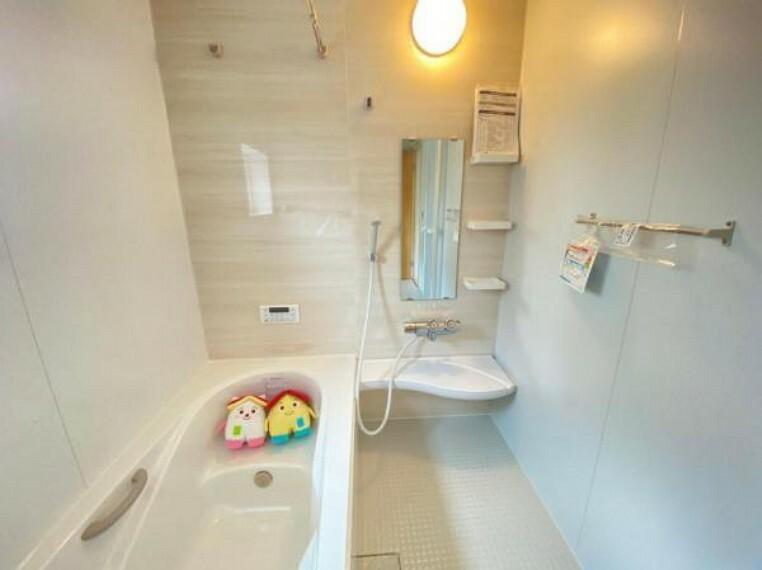 浴室 【浴室】1日の疲れをしっかりと癒すゆっくりとくつろげるユニットバス。すまくん・にこちゃん早速浴室のベンチに座ってます!半身浴にいい~とにこちゃん!