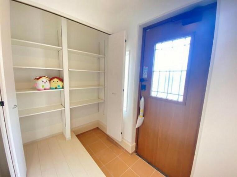 玄関 【玄関】今靴が入りきらなくて困っていませんか?このお家で解決しちゃいますよ!ご家族のたくさん増えた靴をキレイに収納できるシューズクローゼット付き!