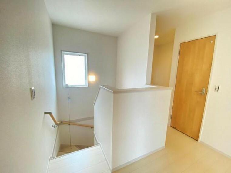 【階段】窓付きの明るい階段には手摺が付いておりますので家族に優しい設計です!