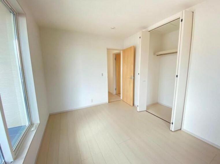 子供部屋 【洋室】たっぷりと収納できるクローゼットを完備。お部屋を有効に広く使うことができます!
