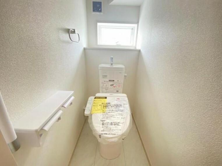 トイレ ウォシュレットなど多機能が付いたお手入れしやすい快適なトイレ。
