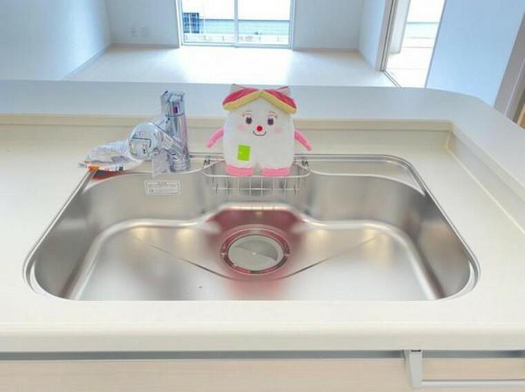 キッチン 蛇口の先端に浄水器を内蔵。浄水器ごとホースを引き出せるのでシンクのお掃除もらくらく!