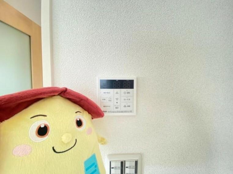 発電・温水設備 生活時間の違う家族には便利な追い焚き機能付きです!映像と音声で玄関先の様子をチェックできるモニター付インターホン。
