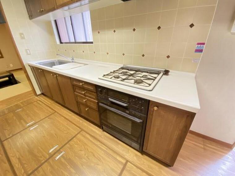キッチン 4口コンロでお料理効率もアップ。