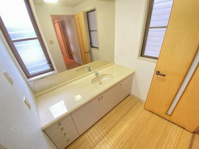 洗面化粧台 ゆとりある洗面室ですので、朝の身支度もスムーズにできますね。
