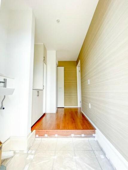 玄関 【玄関】玄関は清潔感あふれる空間にしたいもの。広々としたスペースを設けることで毎日明るい空間をキープします