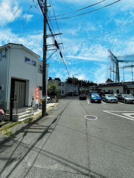 現況外観写真 【前面道路】閑静な住宅地で車通りの少ない道路です。車の出し入れが苦手な方やお子様にも安心ですね