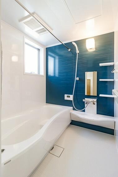 浴室 浴室   一坪サイズの浴室で足が伸ばせてのびのび    浴室暖房乾燥機付で、雨の日でもお洗濯困りません