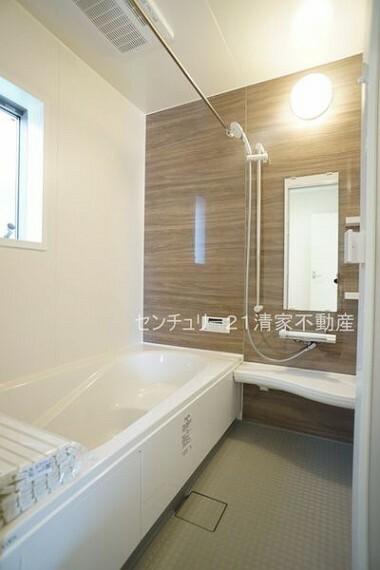 浴室 4号棟:浴室乾燥機で雨の日でも楽々お洗濯!(2021年09月撮影)