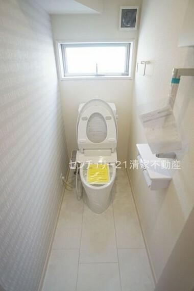 トイレ 2号棟:手すりがついているため、ご年配の方も安心(2021年09月撮影)
