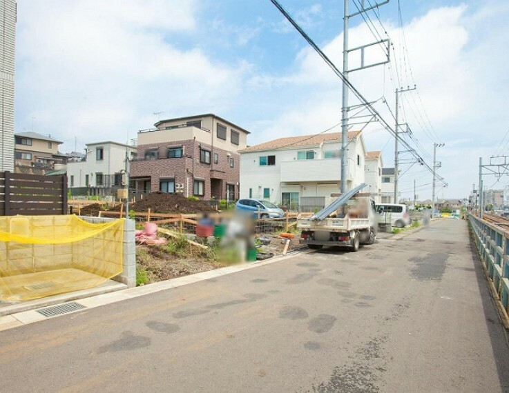 現況外観写真 前面道路は幅員約5mと広く、車庫入れもラクラク。