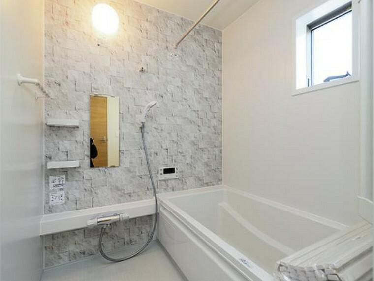 同仕様写真(内観) \同仕様写真/ゆったり入れる1坪サイズのゆとり空間。バリアフリー設計に手すり付きなので、お子様が小さい時も、老後も安心できる浴室です。収納棚も取り外しができ、お手入れ楽々