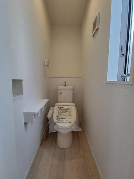 トイレ 清潔感のあるトイレットルーム。窓があり換気も良好!