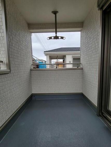 バルコニー 屋根付きのバルコニーで急な雨も安心