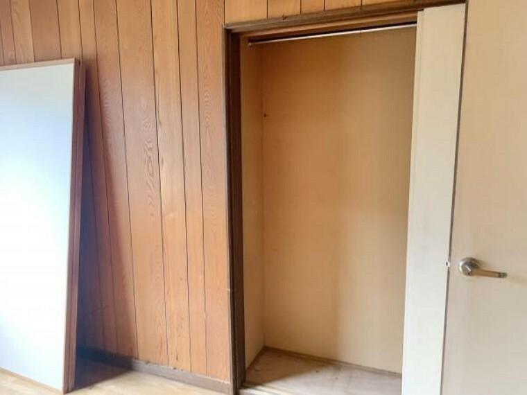 収納 [リフォーム前_洋室収納]北側洋室の収納です。現在奥行があまりないですが、南側和室の床の間を解体し、洋室の収納スペースを拡張します。枕棚とポールを新設するので、洋服収納にいいですね。