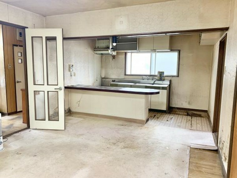 居間・リビング [リフォーム前_リビング]南側から見たリビングです。現在壁付キッチンですが、カウンターを撤去しカウンターキッチンへリフォームします。ご家族の様子を見ながら家事ができますね。