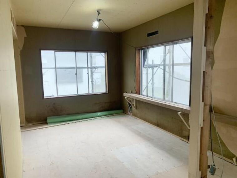 [リフォーム中_和室]南側の和室です。洋室へ変更するにあたり壁・天井のクロス張替、フローリング新設、照明交換、建具交換を行います。畳等の撤去が終わり洋室仕様へ変更しております。(9月11日現在)