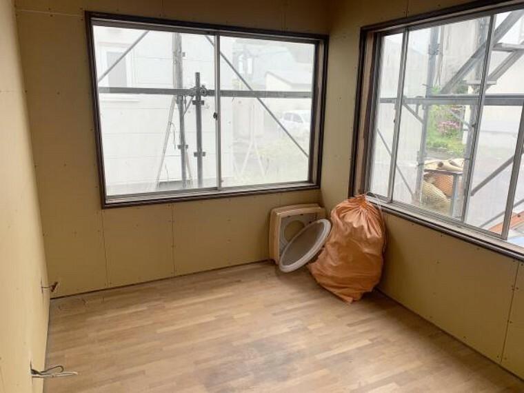 [リフォーム中_洋室]西側の3.75帖洋室です。壁・天井のクロス張替、フローリング張替、照明交換、建具交換を行います。コンパクトな居室なので客間として利用してはいかがでしょうか。こちらもボードを張りました。これからクロスを張ります。(9月11日現在)